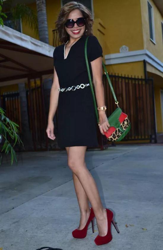Черное платье с красными туфлями фото