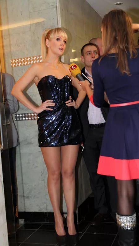 бицепсе российские певицы в мини платьях фото видом