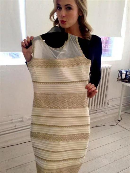 какой цвет платья вы видите фото пусть